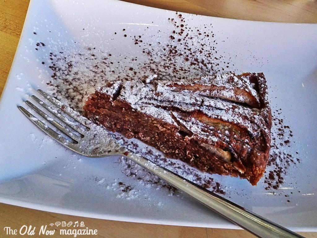 torta vegan di pane nero, cioccolato e pere