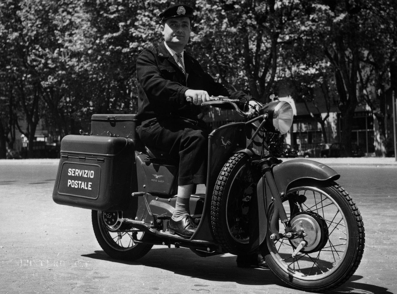 Campagna fotografica dedicata agli automezzi delle Poste e Telecomunicazioni: postino su moto Guzzi Galletto 192 utilizzata per il servizio di posta celere1962