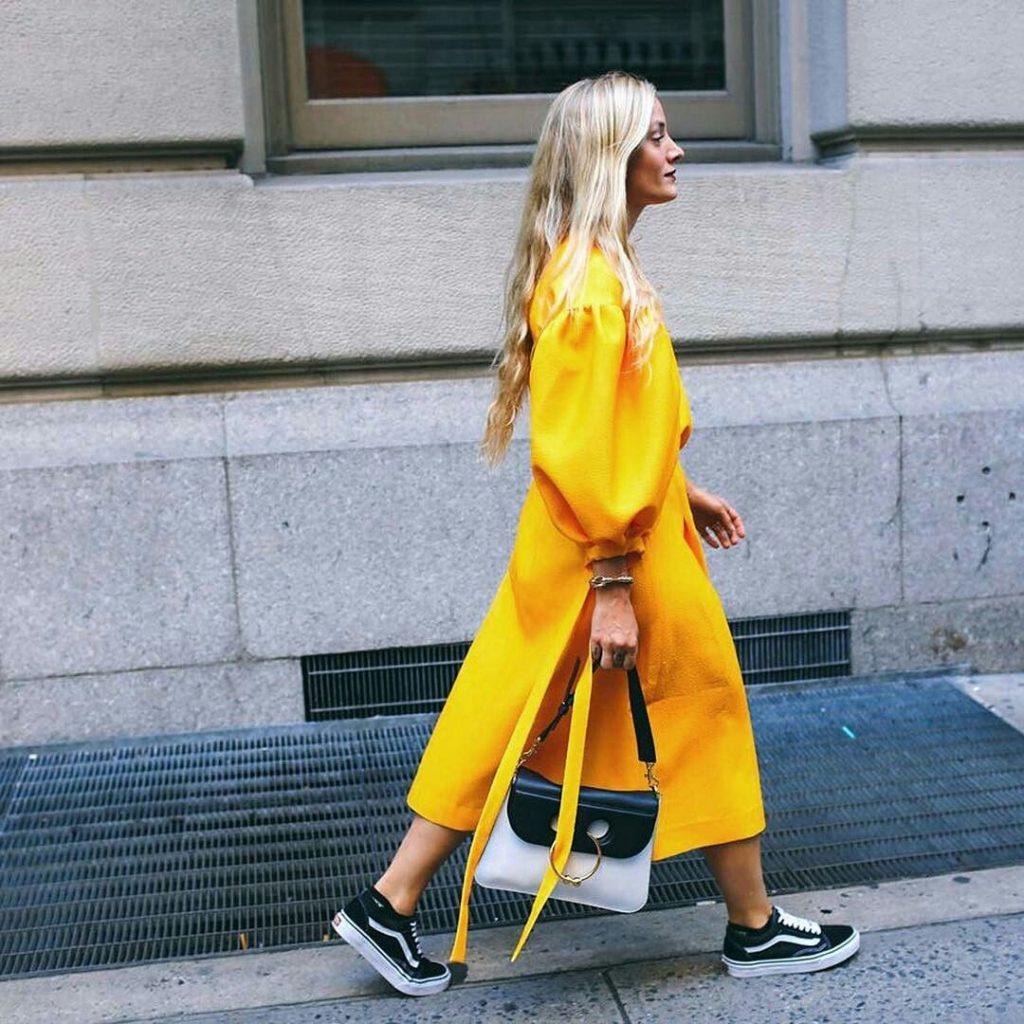 Outfit sui toni del giallo