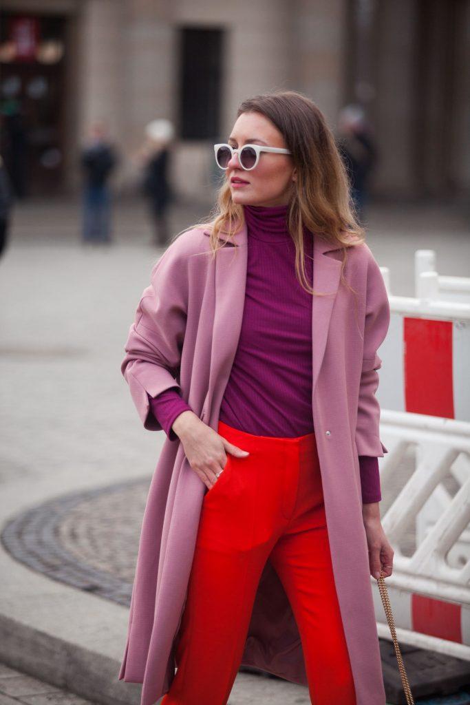 Outfit con toni del rosa e del rosso